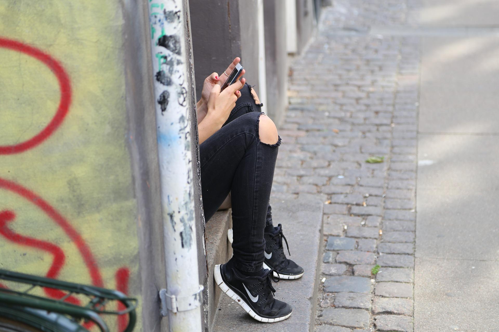 Estirón de la pubertad - Mamas360 - Adolescente con celular