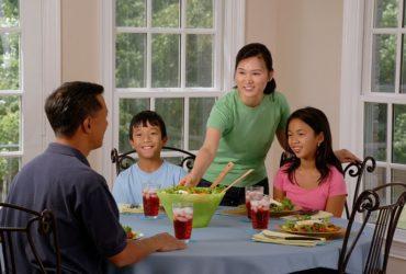 Familia | Beneficios de comer en la mesa